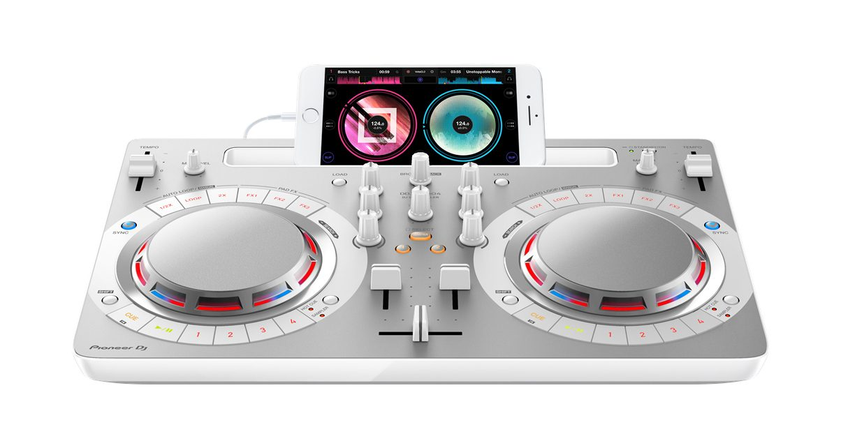 Undoubtedly, the DDJ-WeGO4's strongest suit is its compatibility with different DJ apps across several platforms. Coupled with its simple layout, the DDJ-WeGO4 is an ideal controller for both beginners who want to try out different DJ software before deciding, and for advanced DJs looking for a smaller, backup DJ controller.